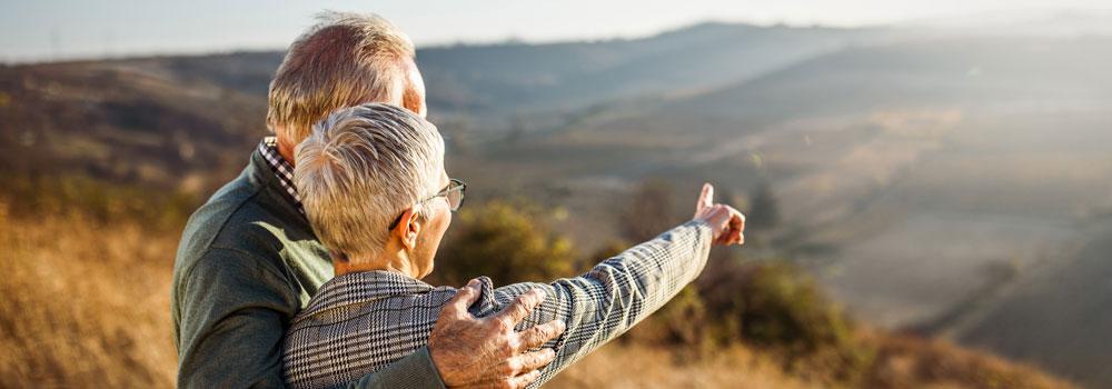 Pensioniertes Paar blickt in die Weite