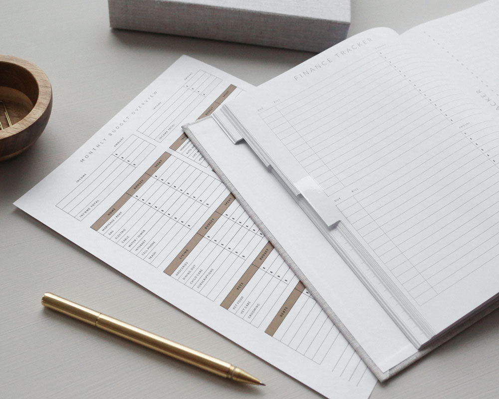 Papieragenda und Unterlagen auf einem Tisch